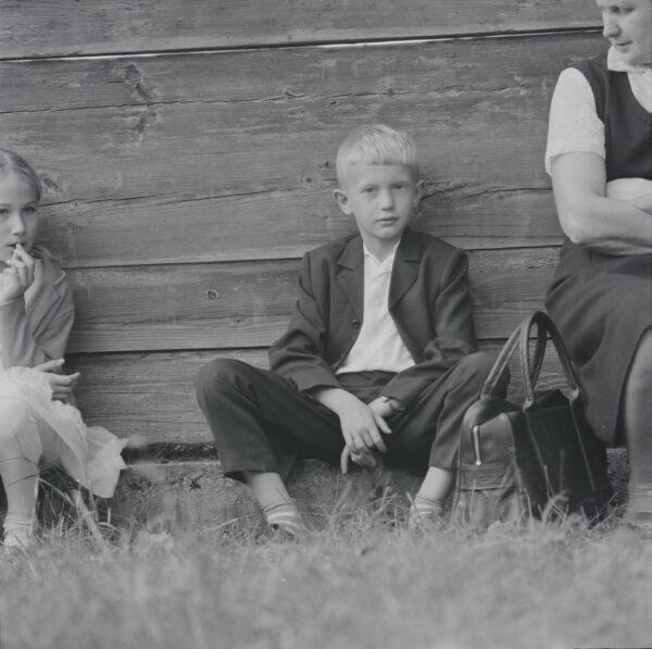 Šv. Lauryno atlaidai Palūšėje. Berniukas prie šventoriaus tvoros. 1971 m. rugpjūčio 8 d. Fot. M. Baranauskas LNM