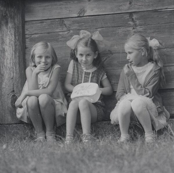 Šv. Lauryno atlaidai Palūšėje. Mergaitės prie šventoriaus tvoros. 1971 m. rugpjūčio 8 d. Fot. M. Baranauskas. LNM